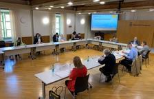 Llauradó i els representants dels deu consells comarcals, durant l'acte de signatura de conveni.