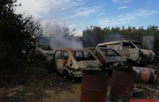 Imatge dels vehicles cremats aquesta tarda a la granja de Reus