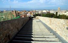 Un tram del pas de ronda de la muralla de Tarragona, a la zona de la Baixada del Roser, amb el paviment inacabat i les vistes de la ciutat al fons
