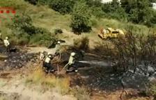 Bombers treballant a la zona de l'incendi d'Arnes