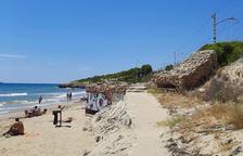 Trenquen una caseta de la Creu Roja a la platja Llarga