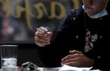 Experts adverteixen que els fumadors tenen un major risc de contreure el coronavirus