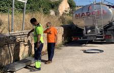 Cap veí de Roda  aprofita el camió cisterna per abastir-se d'aigua