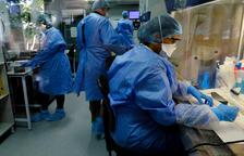 Investigadores que estudian una vacuna en un laboratorio dirigido por la empresa biotecnológica sudafricana TASK en Ciudad del Cabo, Sudáfrica.