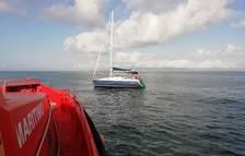 Remolquen un veler atrapat en una xarxa a la deriva al Delta de l'Ebre