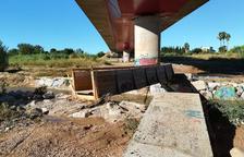 El riu torna a treure de lloc el pontet de fusta del Francolí