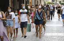 Imatge de gent amb mascareta passejant per Reus.