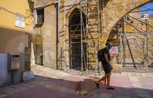 En tram del carrer d'En Talavera segueix tancat dos anys després