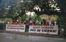 Un centenar de treballadors de Saint-Gobain es concentra davant el Parlament