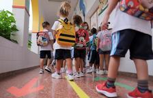 Imatge d'arxiu d'un grup de nens a punt d'entrar a classe.