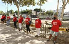 Una desena de persones amb el lema «Salvem el Carrilet», ahir.
