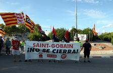 Pla general de la capçalera de la manifestació dels treballadors de la fàbrica de Saint-Gobain per denunciar el tancament de la divisió Glass