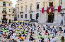 Imatge de la plaça de la Font amb la gent disposada escoltant el pregó.
