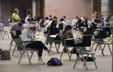 Pla obert de diversos estudiants examinant-se de les PAU en el Palau Firal de Girona el 21 de setembre
