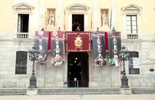 Les colles tarragonines despleguen quatre imatges de pilars caminants a la façana de l'Ajuntament