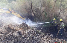 Bombers treballant en l'extinció de l'incendi de Tortosa