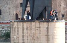 Els Mossos recullen proves al monument franquista de Tortosa per esclarir l'origen de la deflagració de dimarts