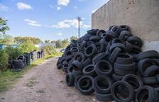 Peligrosa acumulación de neumáticos en Tarragona