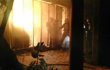 Quatre dotacions mobilitzades per un incendi en un annex d'una masia a Riudoms