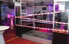 Imatge de l'interior del Totem amb el pòdium precintat al mes de juny, quan les discoteques van obrir també sense pista de ball.