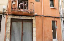 Tapien un pis del carrer Alt del Carme de Reus que estava ocupat per set persones