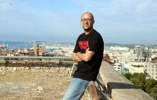 El consejero de Patrimoni de l'Ajuntament de Tarragona, Hermán Pinedo, apoyado en una barandilla del Fortí Negre de la muralla.
