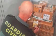 Un agent amb les piles confiscades.
