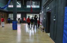 Estudiants hacían ayer Educación Física en la sala de ensayos del antiguo centro de las artes gestuales.