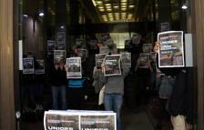 Universitaris del SEPC i de les assemblees de facultat mostren cartells de la vaga.