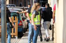 La policia espanyola arrestant el propietari d'un bar del Vendrell en el marc d'un operatiu antidroga.