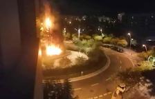 Imatge de l'incendi d'un arbre a la plaça Gandi de Reus.