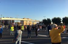 Medio millar de personas cortan la T-11 en Tarragona para reclamar mejoras en el CAP La Granja