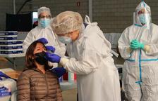 Una mujer en el momento de hacerse la PCR este viernes 30 de octubre de 2020 en Palafrugell