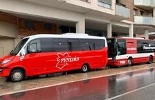 Pla general del nou vehicle de bus a demanda del Vendrell, davant d'un vehicle de la línia convencional.