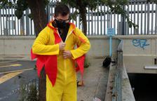 El còmic Guillem Estadella emprovant-se un vestit de pollastre abans de fer el seu xou en un tren de Rodalies,