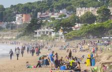 El confinamiento municipal llena la platja Llarga de picnics y grupos