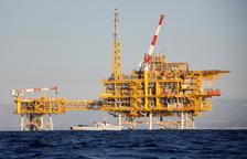 La plataforma marítima del proyecto Castor, delante de la costa del Sénia.