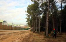 Agricultura hace trabajos para evitar incendios forestales en torno a la prisión de Mas d'Enric