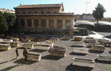 Judith i el seu fill Eloi, en l'espai de la Necròpolis on s'exposa una col·lecció de sarcòfags.