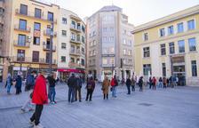 Se siguen formando largas colas en la oficina de Correos de la plaza Corsini