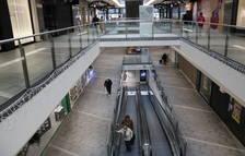Centres comercials buits i carrers del centre plens de gent a Reus