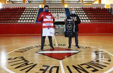 A la izquierda, Oriol Pozo, entrenador del CB Valls, acompañado del técnico del ADT, Borja San Miguel, en el Pabellón Joana Ballart.