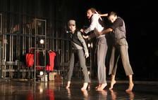 Tres ballarins de la companyia La Imperfecta durant un passi de mostra a la Sala Trono.