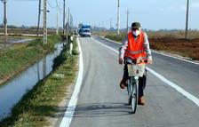 Una persona en bicicleta encapçalant la marxa lenta per denunciar la precarietat i la perillositat de la carretera entre Poble Nou del Delta i Sant Carles de la Ràpita.