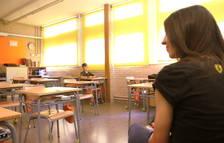 Una clase de primaria en un instituto, con distancia social entre alumnos y profesores.