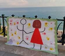 Nens de l'Escola el Miracle fan lluir els seus murals del 25-N al Balcó del Mediterrani