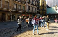 El grup de joves estudiants del Gabriel Ferrater, a la plaça del Mercadal.