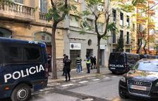 La Policía Nacional registra durante más de nueve horas el 42 de la calle Reding