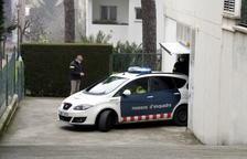 Un coche de los Mossos d'Esquadra se lleva a la detenida.