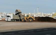 El Port de Tarragona retira las astillas de madera
